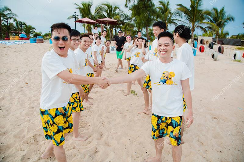 Mẫu quần áo đồng phục công ty đi biển