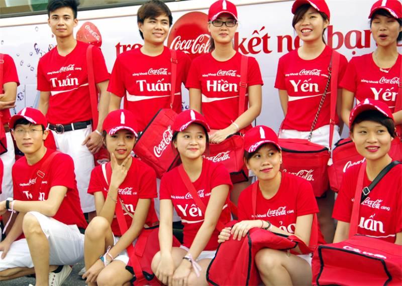 Đồng phục Cocacola được đánh giá là mẫu đồng phục dễ nhớ với màu sác nổi bật của thương hiệu