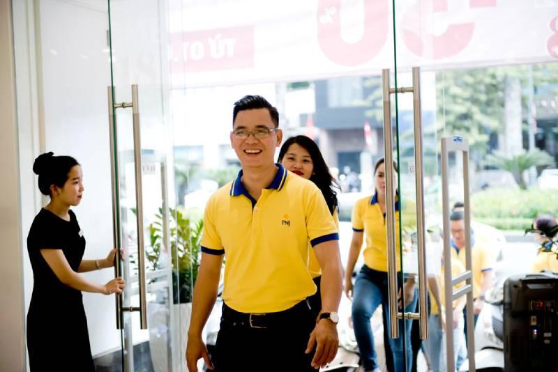 Lựa chọn mẫu áo polo vàng làm đồng phục công ty thể hiện sự sang trọng, tinh tế cho PNJ