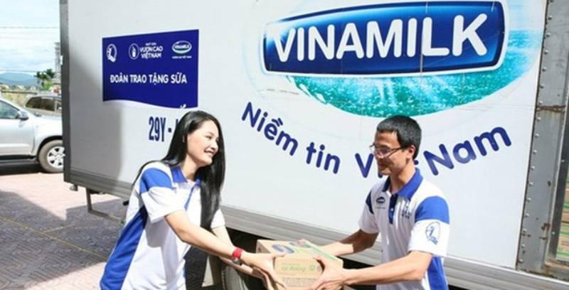 Với mẫu áo đồng phục xanh - trắng ấn tượng Vinamilk đã thành công chiếm trọn thiện cảm khách hàng