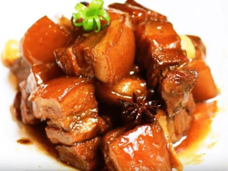 Bên cạnh các món rau củ luộc thì một chút thịt kho sẽ cung cấp đủ năng lượng cho ngày dài làm việc của bạn