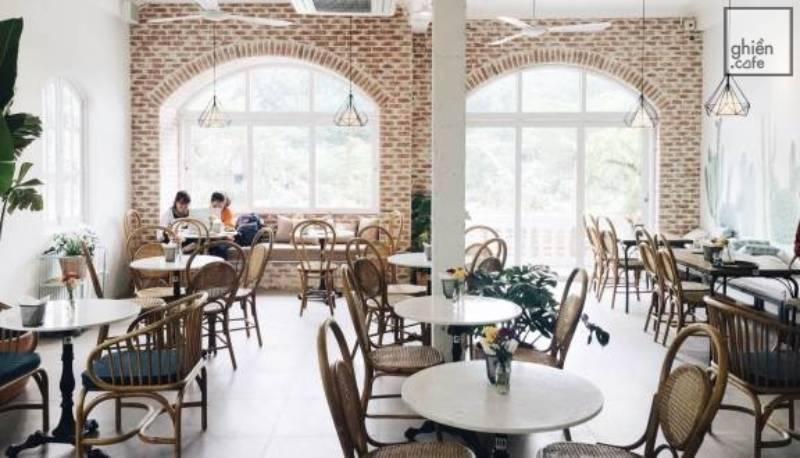 Đây là một trong những quán cafe được nhiều người yêu thích bởi đồ uống thơm ngon và có không gian riêng để làm việc cả ngày