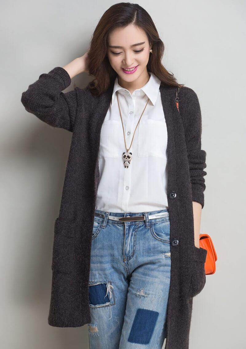 Áo Cardigan len là item thích hợp để kết hợp cùng áo sơ mi nữ trong những ngày đông lạnh