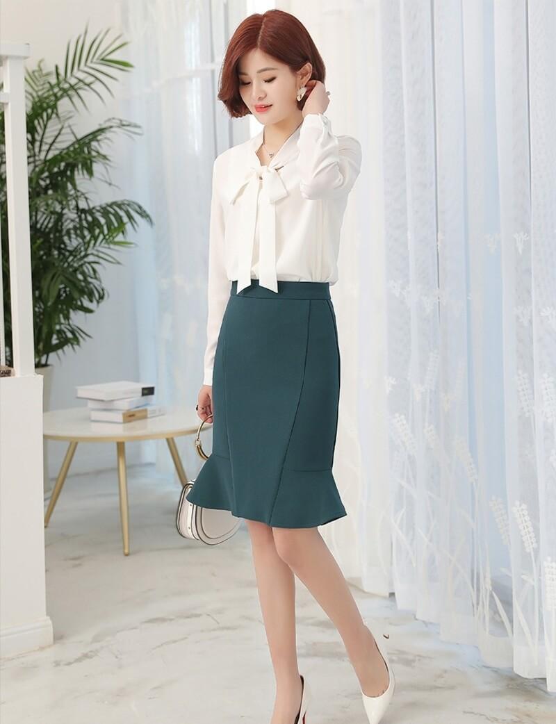 Một trong những item kinh điển của dân công sở những vô cùng thời trang là kết hợp áo sơ mi cùng chân váy ngắn