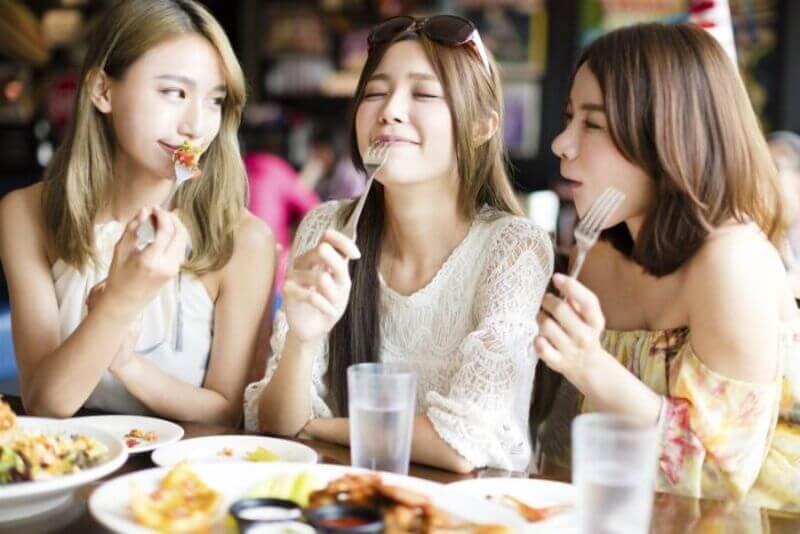 Giảm bớt ăn uống ngoài hàng và tụ tập bạn bè cũng là một biện pháp giúp bạn để dành được tiền