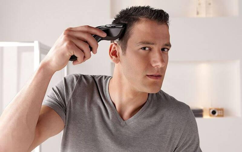 Khi cắt tóc hai bên bạn cần đưa tông đơ từ dưới lên trên và từ từ để đường tóc đúng chuẩn nhất