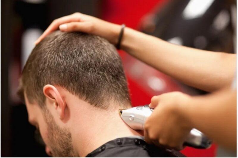 Tương tự như kỹ thuật cắt tóc phía hai bên tai tuy nhiên phần sau gáy cần có đường line thấp hơn