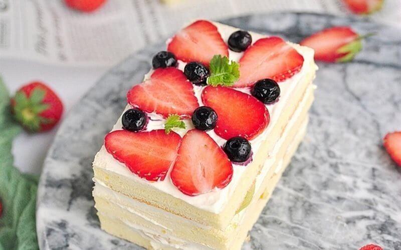 Hạn chế ăn các đồ có lượng đường cao: báng ngọt, bánh kem...