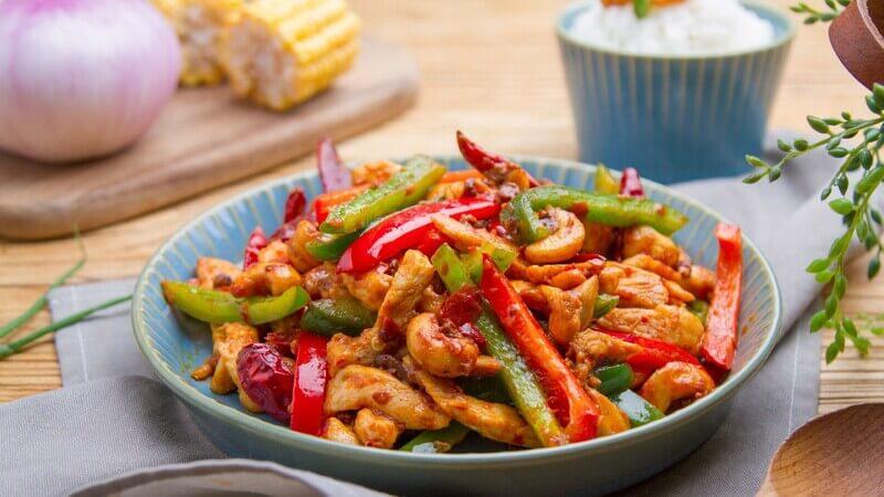 Cơm gạo lứt kết hợp thịt gà xào ớt chuông đem đến vị ngon mới lạ cho thực đơn eat clean