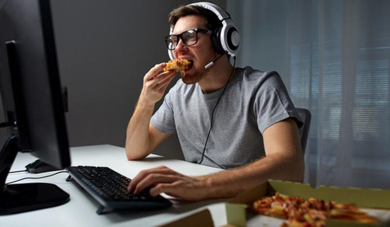 Ăn uống khi đang làm rất dễ khiến bạn xao nhãng và mất tập trung