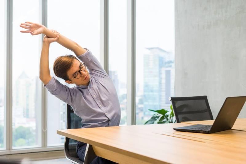Làm việc với máy tính xách tay thời gian dài có thể làm tư thế ngồi của bạn sai cách gây các triệu chứng đau mỏi