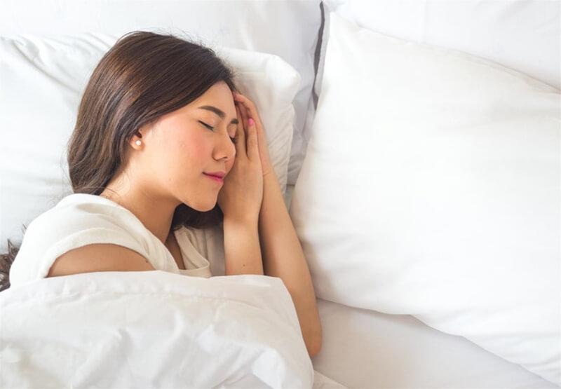 Ngủ đủ giấc cũng là cách giảm căng thẳng, mệt mỏi rất tốt cho tinh thần và sức khỏe