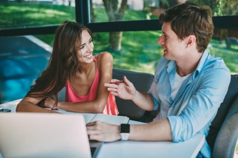 Thể hiện sự đồng cảm đúng lúc đúng chỗ là cách để cuộc nói chuyện thú vị và lâu hơn